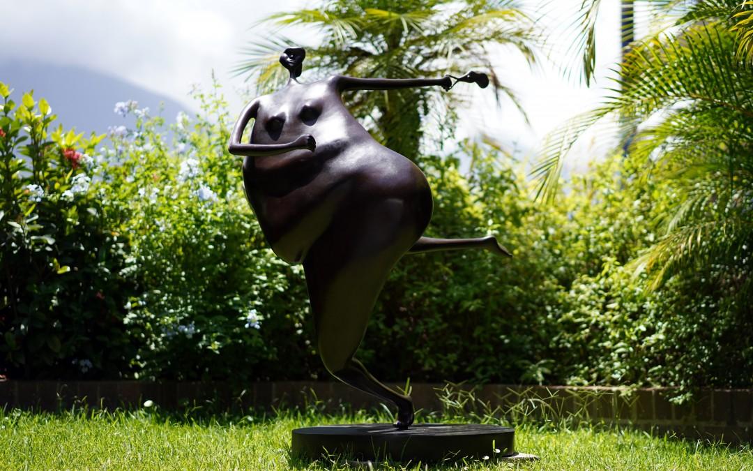 La Caminadora apurada, obra de Abigaíl Varela, en la Galería Freites